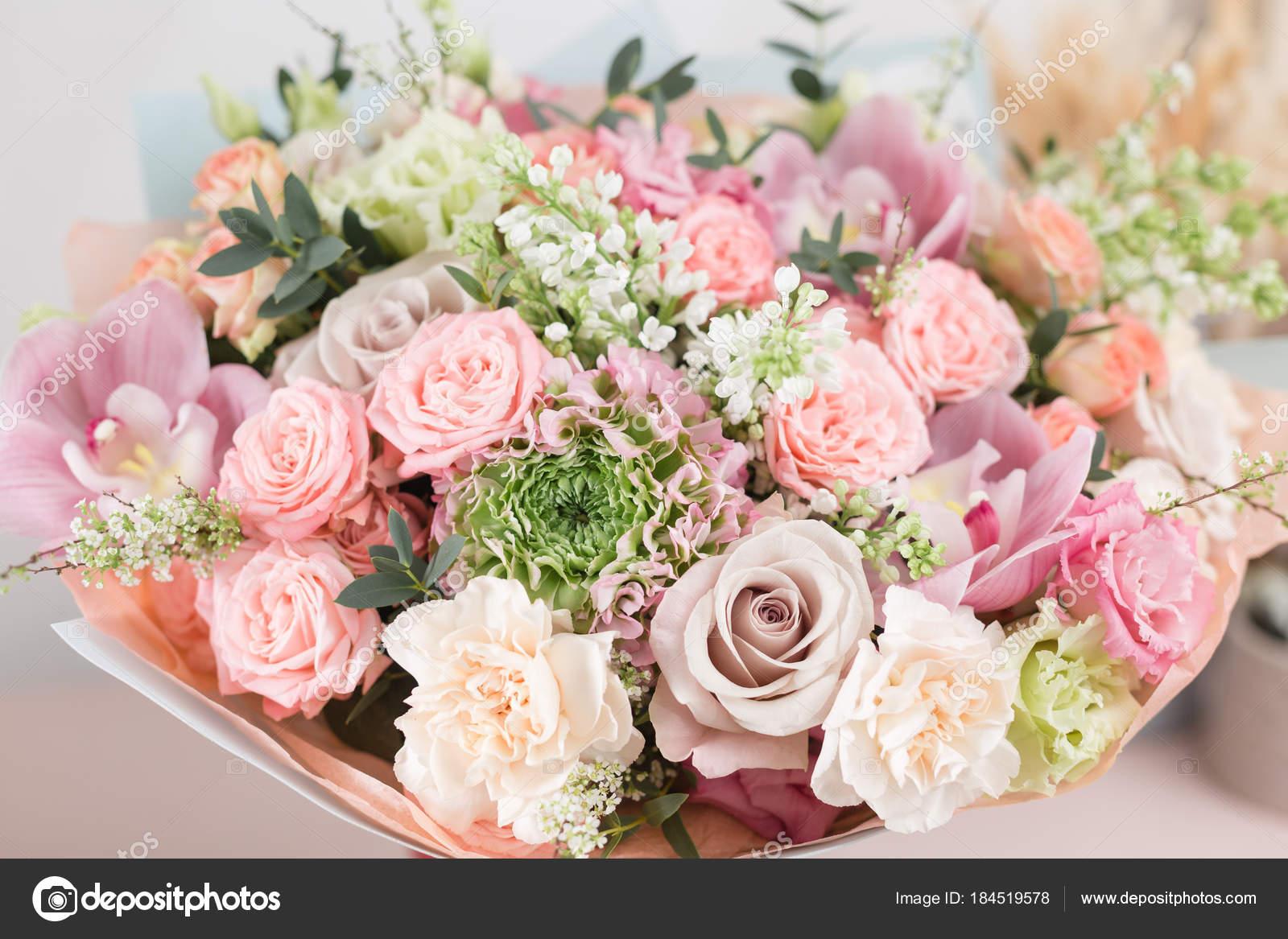Bouquet De Luxe Beau Gros Plan De Fleurs Mixtes Sur Table En Bois