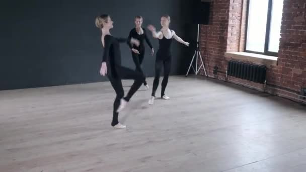 Mladé tanečnice dívky. Ženy na zkoušce v černých kombinézách. Připravte se na divadelní představení