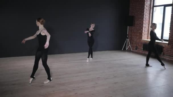 junge Ballerinas. Frauen bei der Probe in schwarzen Bodys. Vorbereitung einer Theateraufführung