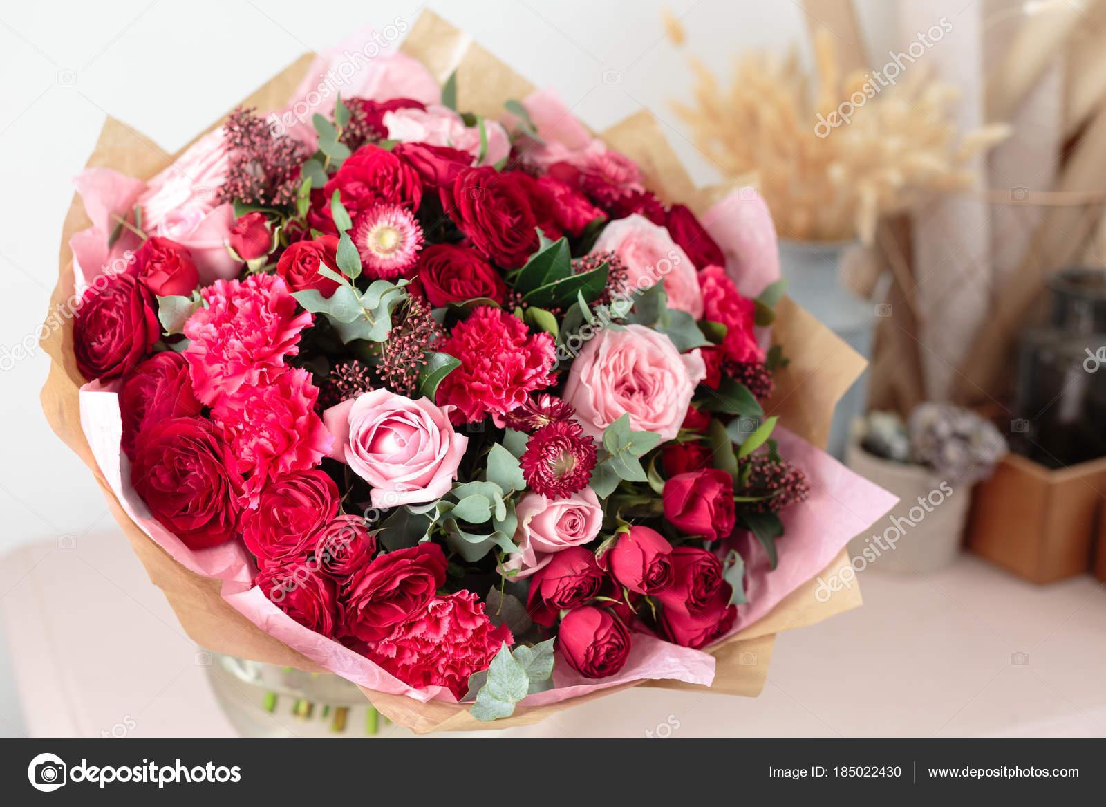 Bouquet De Luxe Beau Gros Plan De Mixtes Fleurs Rouges Et Roses Dans