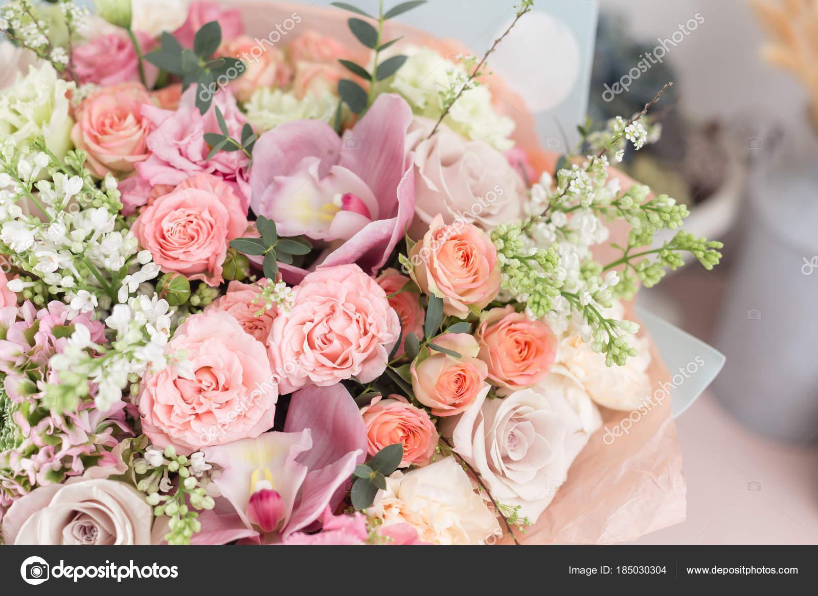 Bouquet De Luxe Beau Gros Plan De Fleurs Mixtes Dans Des Vases De