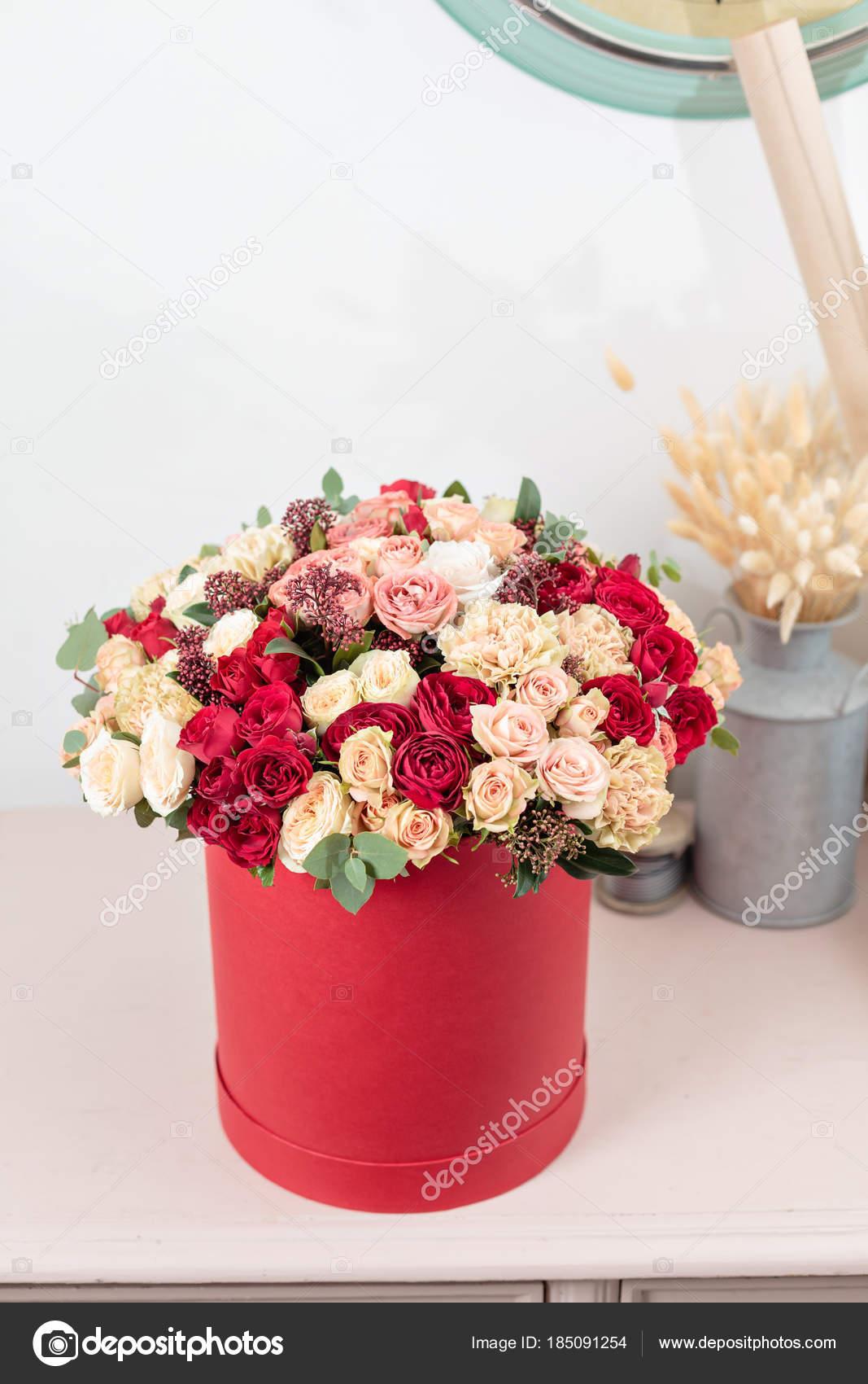 Bouquet De Luxe Belle De Fleurs Mixtes Dans La Zone Rouge Le
