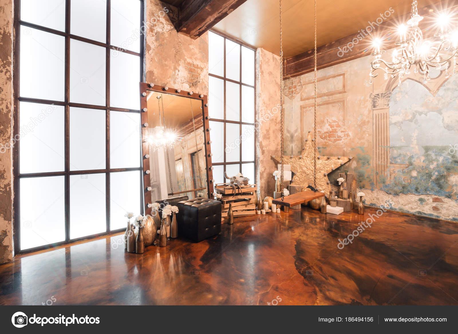 Loft-Interieur mit Spiegel, Kerzen, Ziegelmauer, große Fenster ...