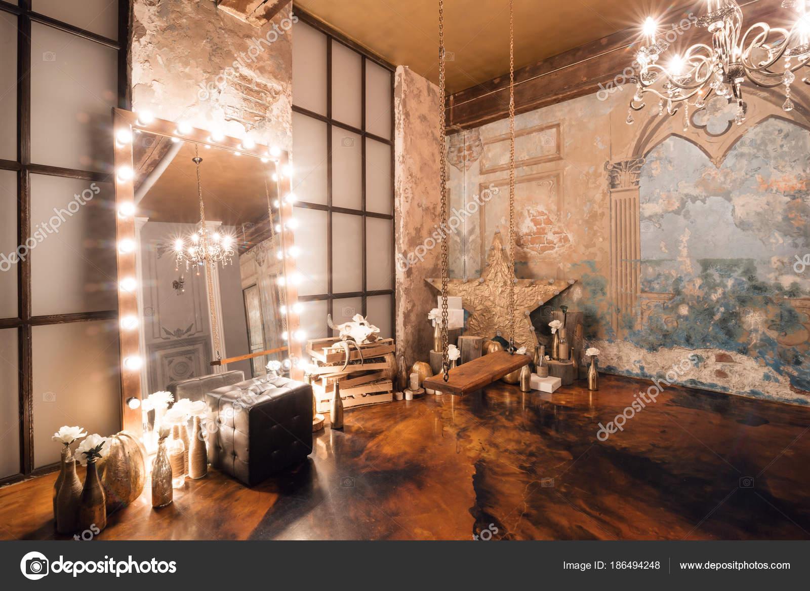 Interiore del granaio con specchio, candele, muro di mattoni ...
