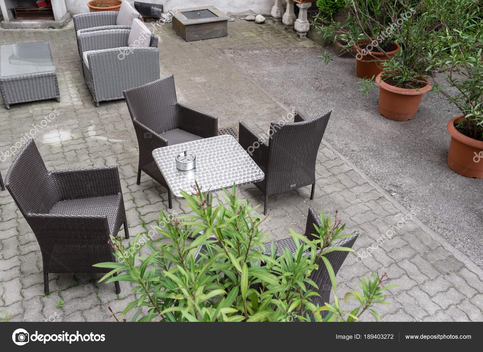 Vaso Da Esterno Grigio : Mobili da giardino grigio con i fiori in vaso sulla terrazza di