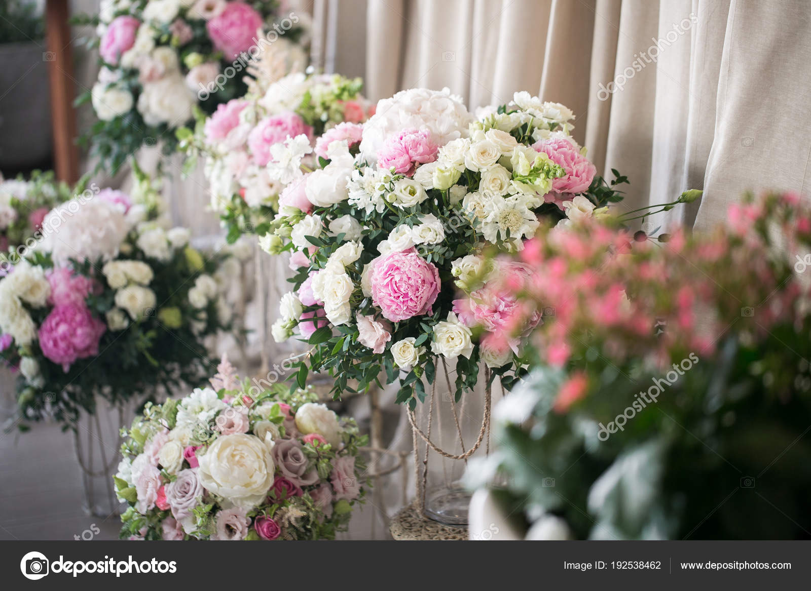 Весілля декор. красиві квіткові композиції із живих квітів. Концепція  святковий обід 777059ec09256