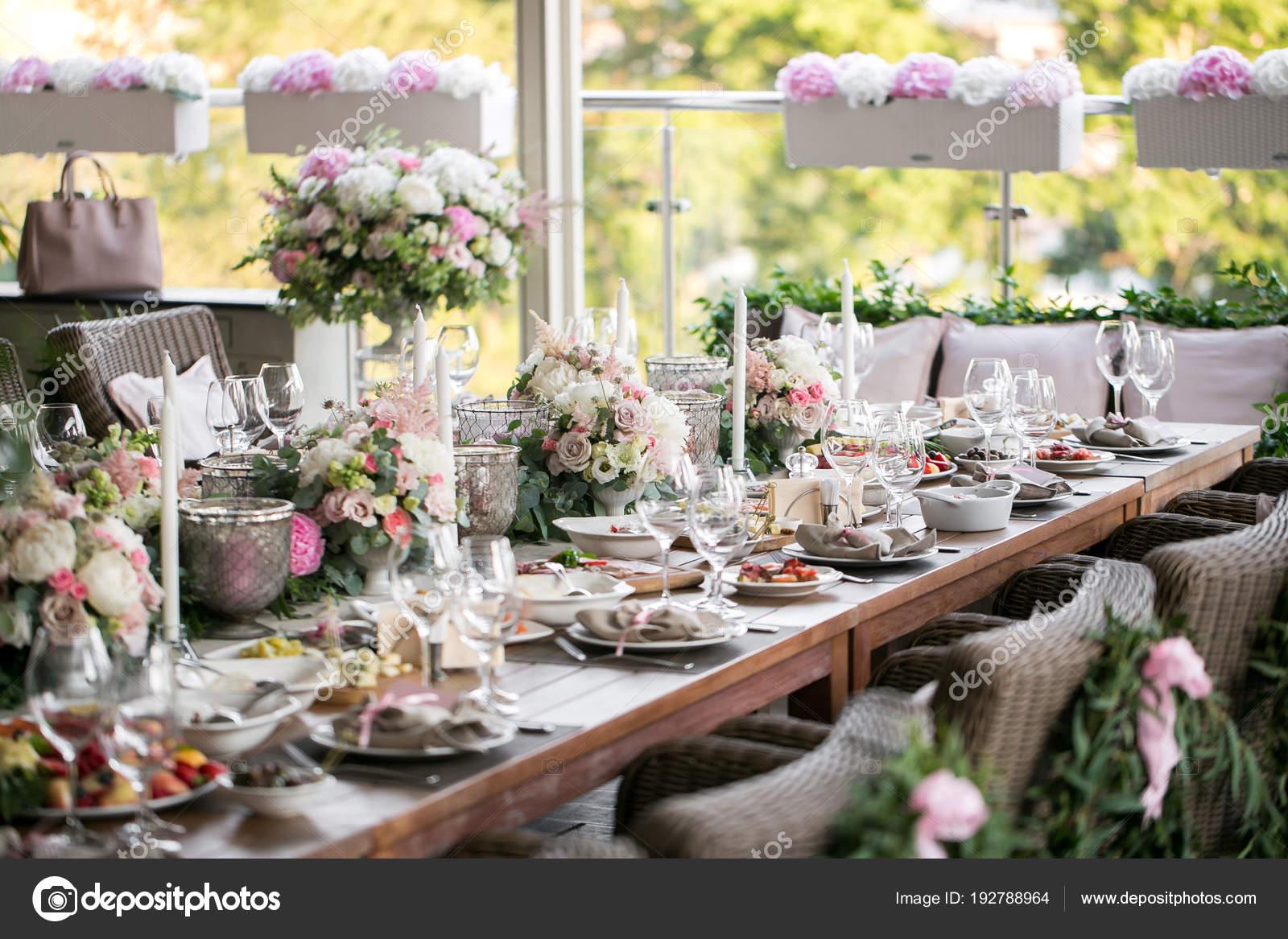 Kranz Von Blumen Und Grun Fur Die Tischdekoration Luxus Hochzeit Im