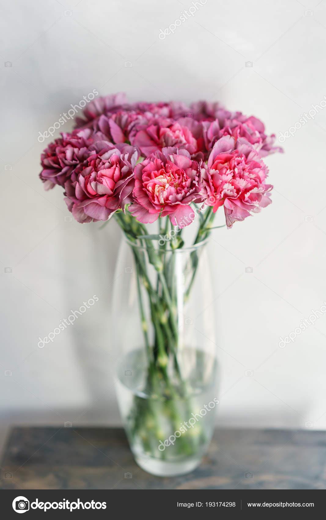 Piękne Kwiaty Goździków W Wazonie Na Stole Bukiet Fiołek