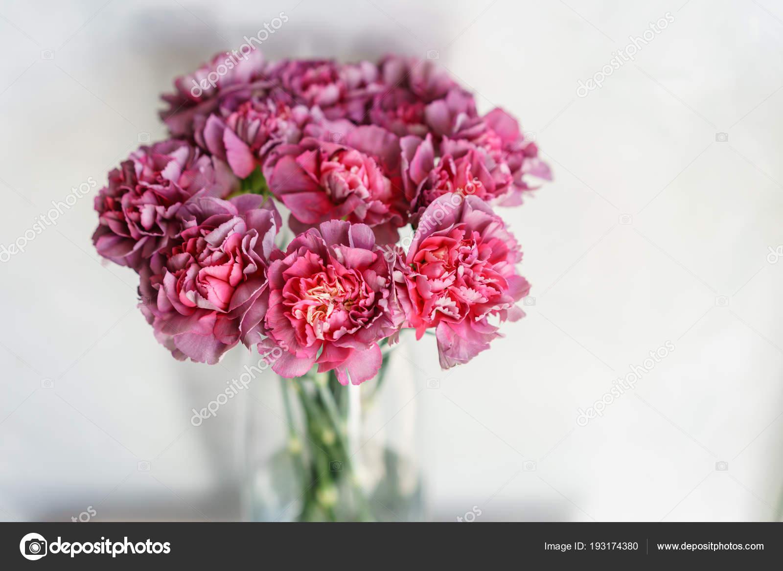Bellissimi Fiori Di Garofano In Un Vaso Su Un Tavolo. Bouquet Di Fiori  Multicolor Viola, Viola E Rosa. Decorazione Della Casa.