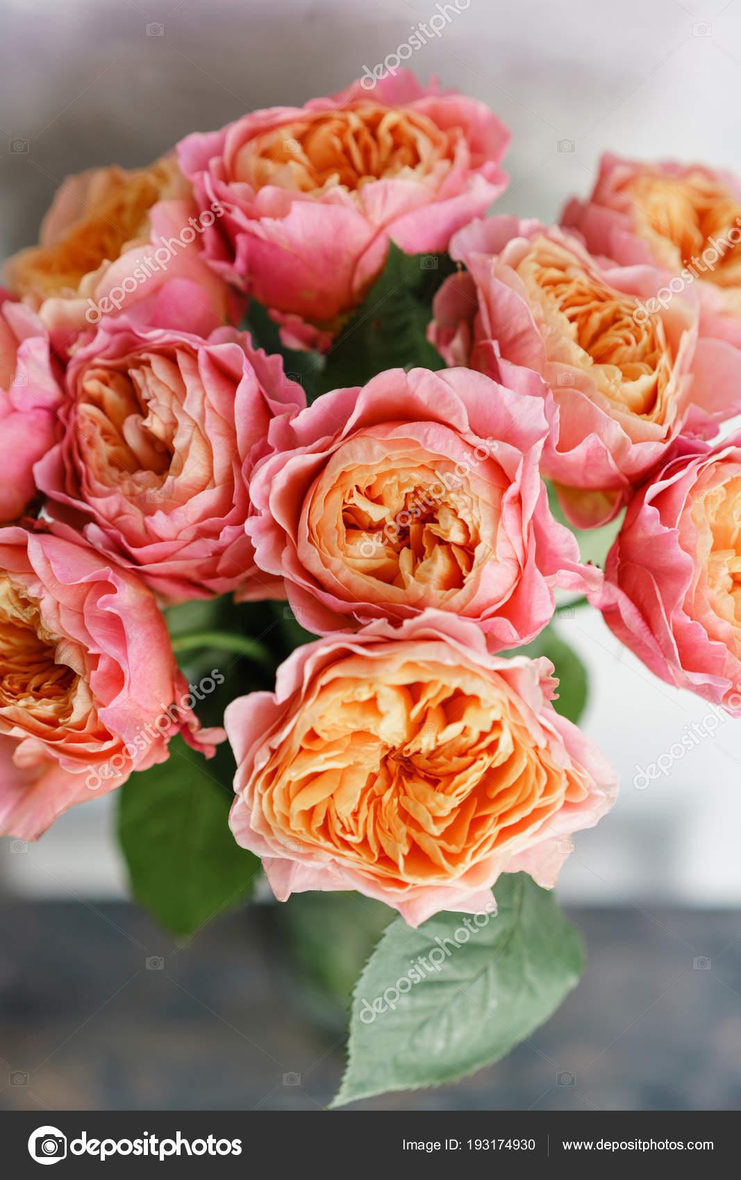Flores Lindas Rosas Em Um Vaso Sobre Uma Mesa Bouquet De Rosa E