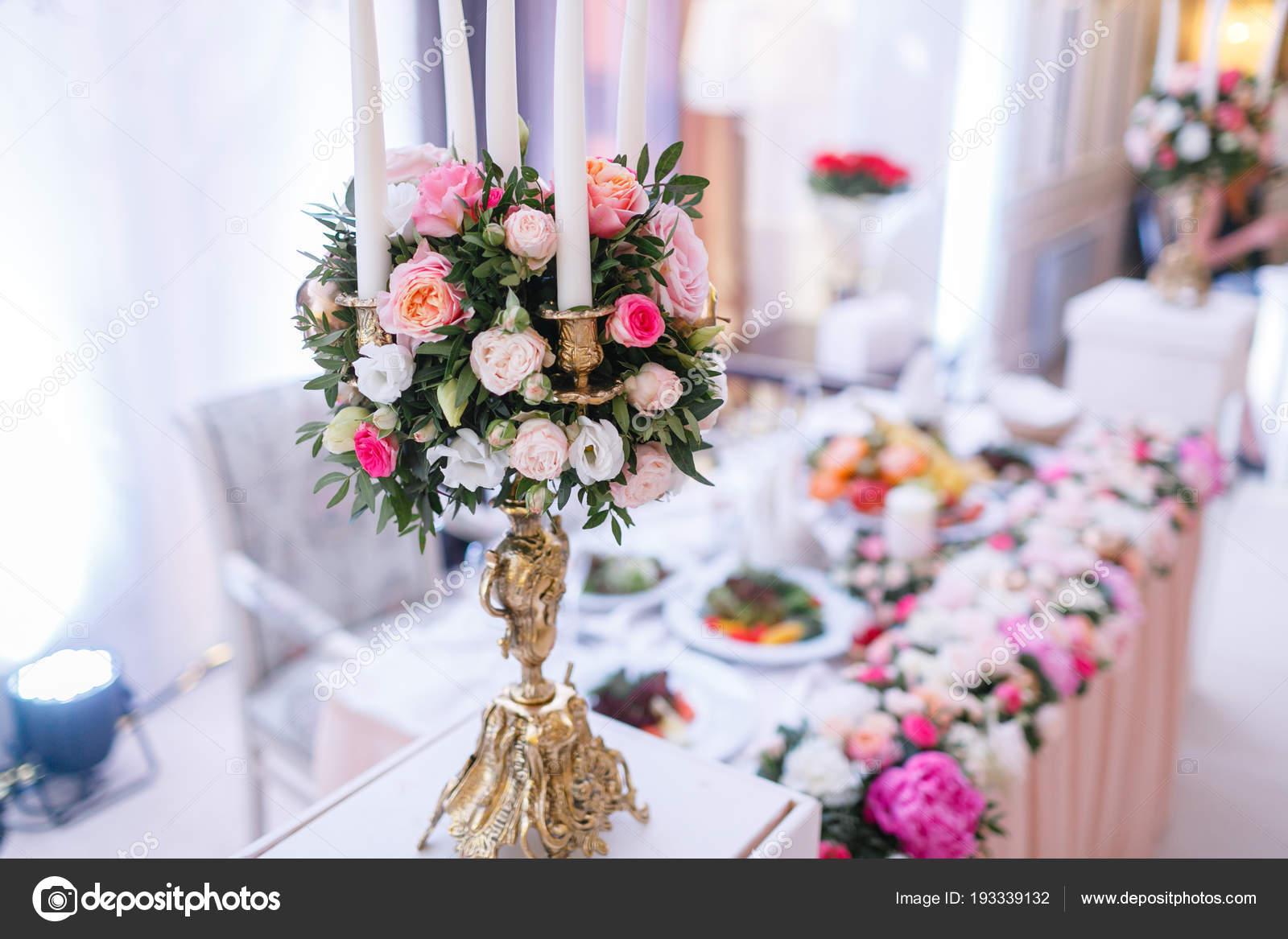 Kronleuchter Metall Für Kerzen ~ Weiße kerzen auf metall gold kronleuchter stand auf den tischen