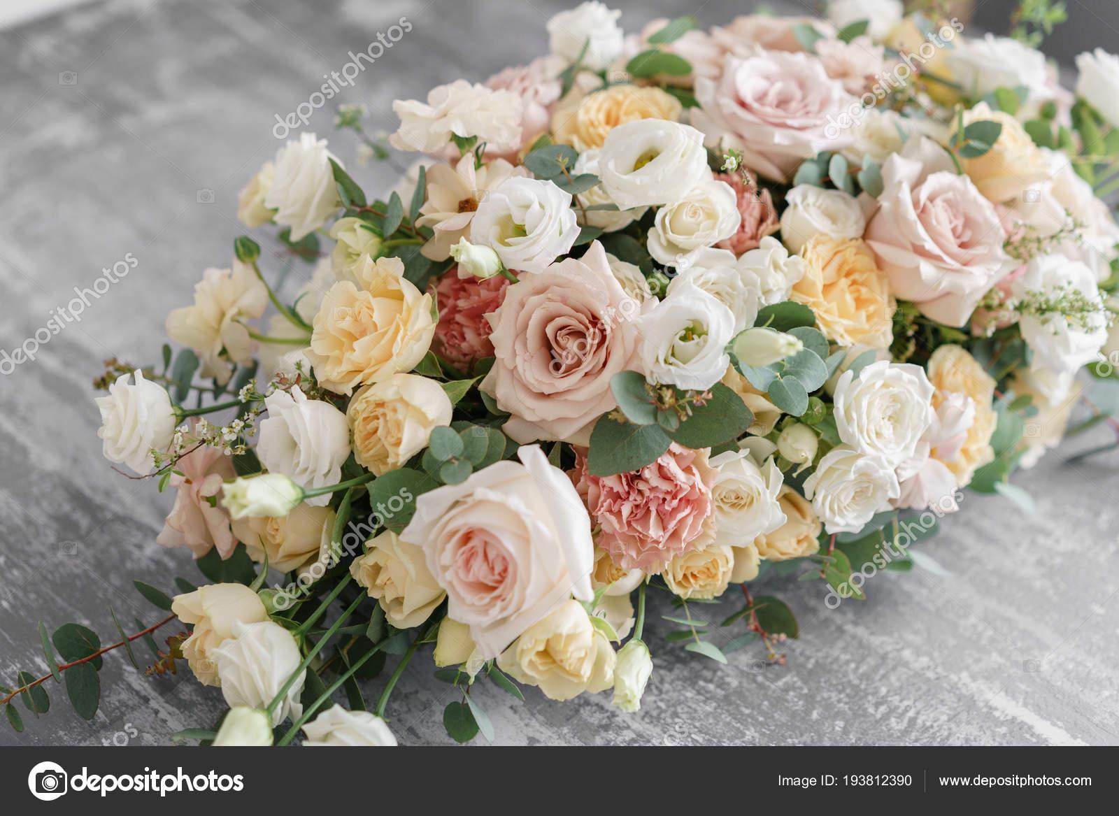 Arreglo Floral En Mesa Gris Una Elegante Decoración Y