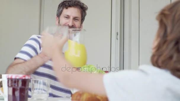 Reggelijét a konyhában ünnepek boldog fiatal család