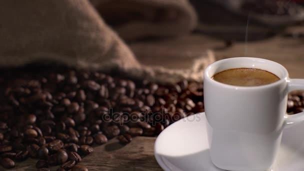 csésze és szemes kávé
