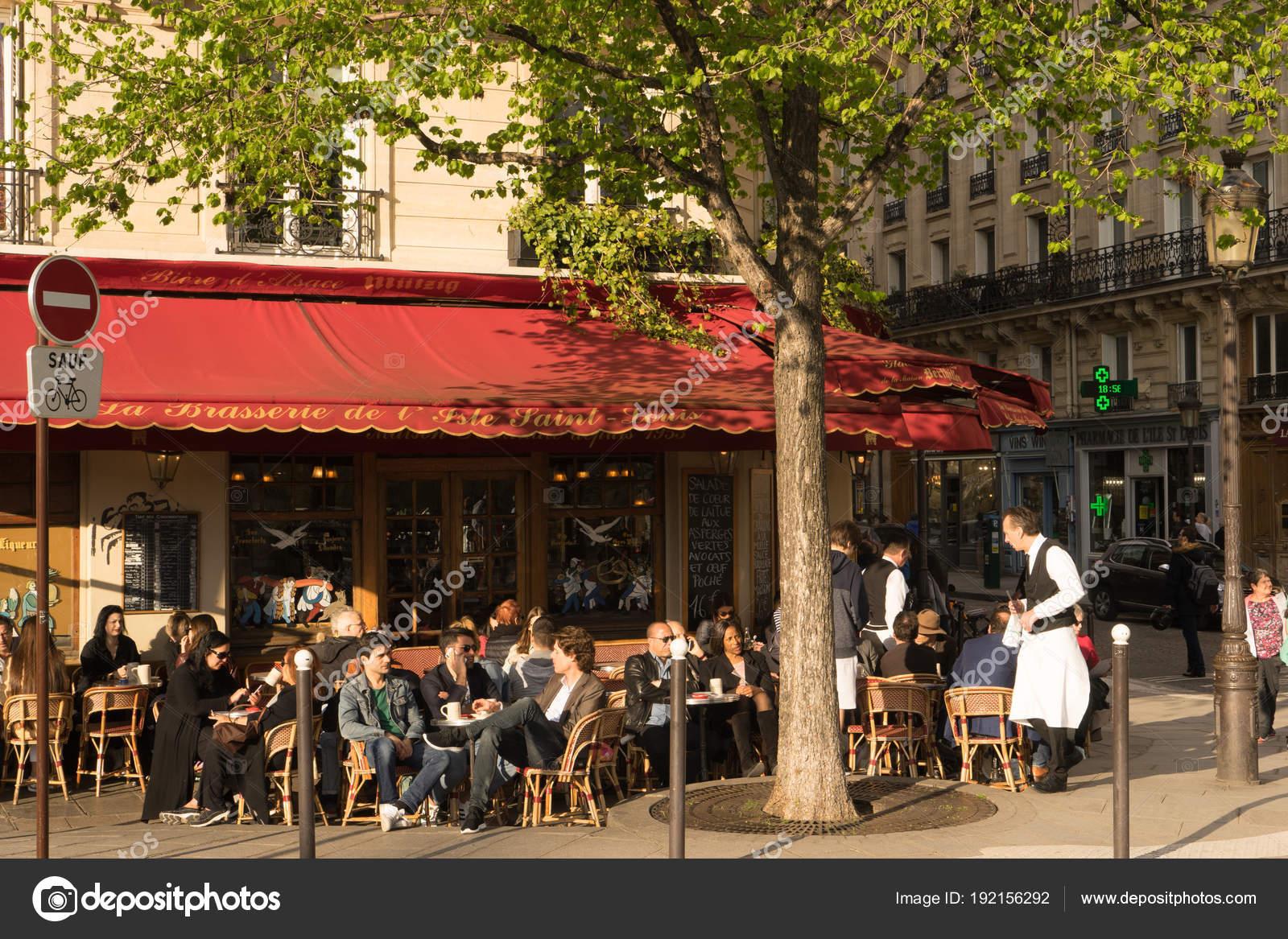 Parisiens Et Touristes De Prendre Un Verre Sur Une Terrasse De Cafe