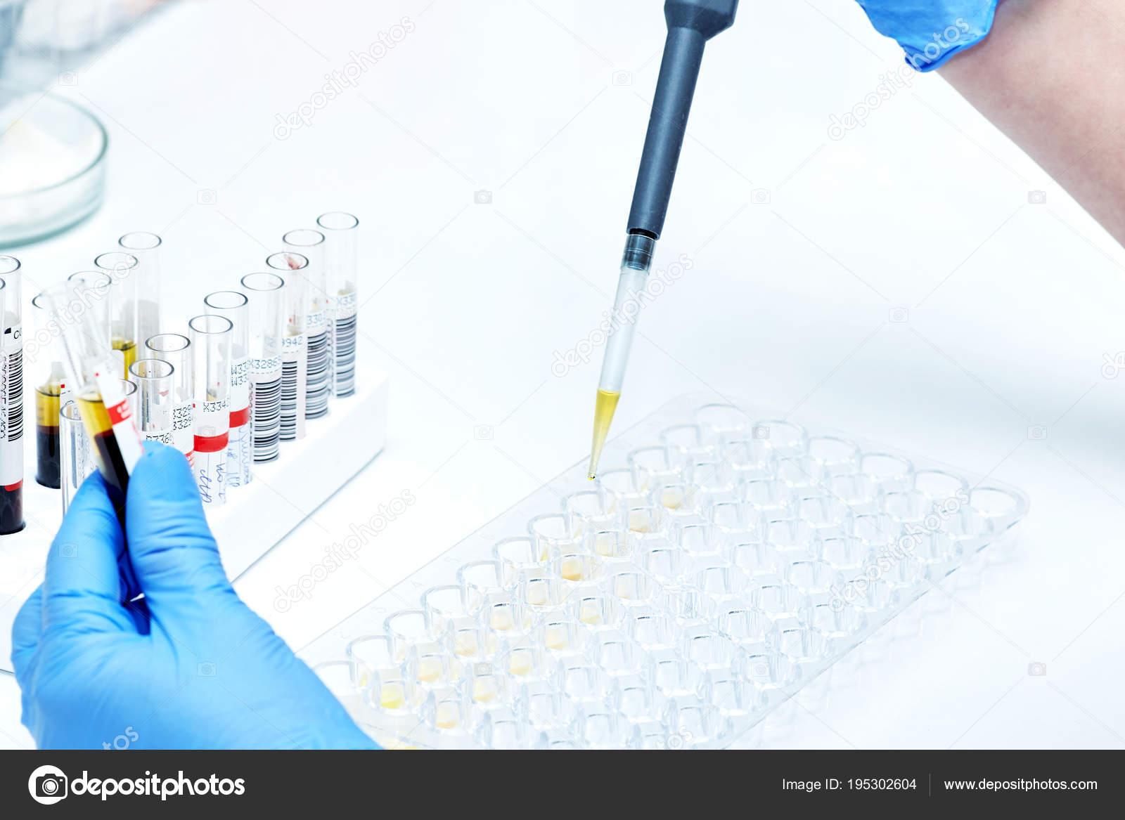 Banco Di Lavoro Per Laboratorio Chimico : Assistente di laboratorio chimico tiene che la provetta supera il