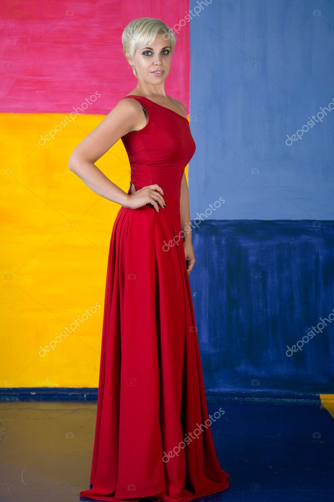 1ef8a81e6edf2 schöne junge frau in roten langen kleid — Stockfoto © happy_finch ...