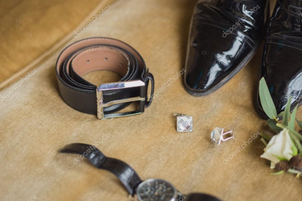 2001510969 Details der Hochzeit. Bräutigam Accessoires. Schuhe, Manschettenknöpfe,  Gürtel Uhr Boutonniere auf sofa — Foto von ...
