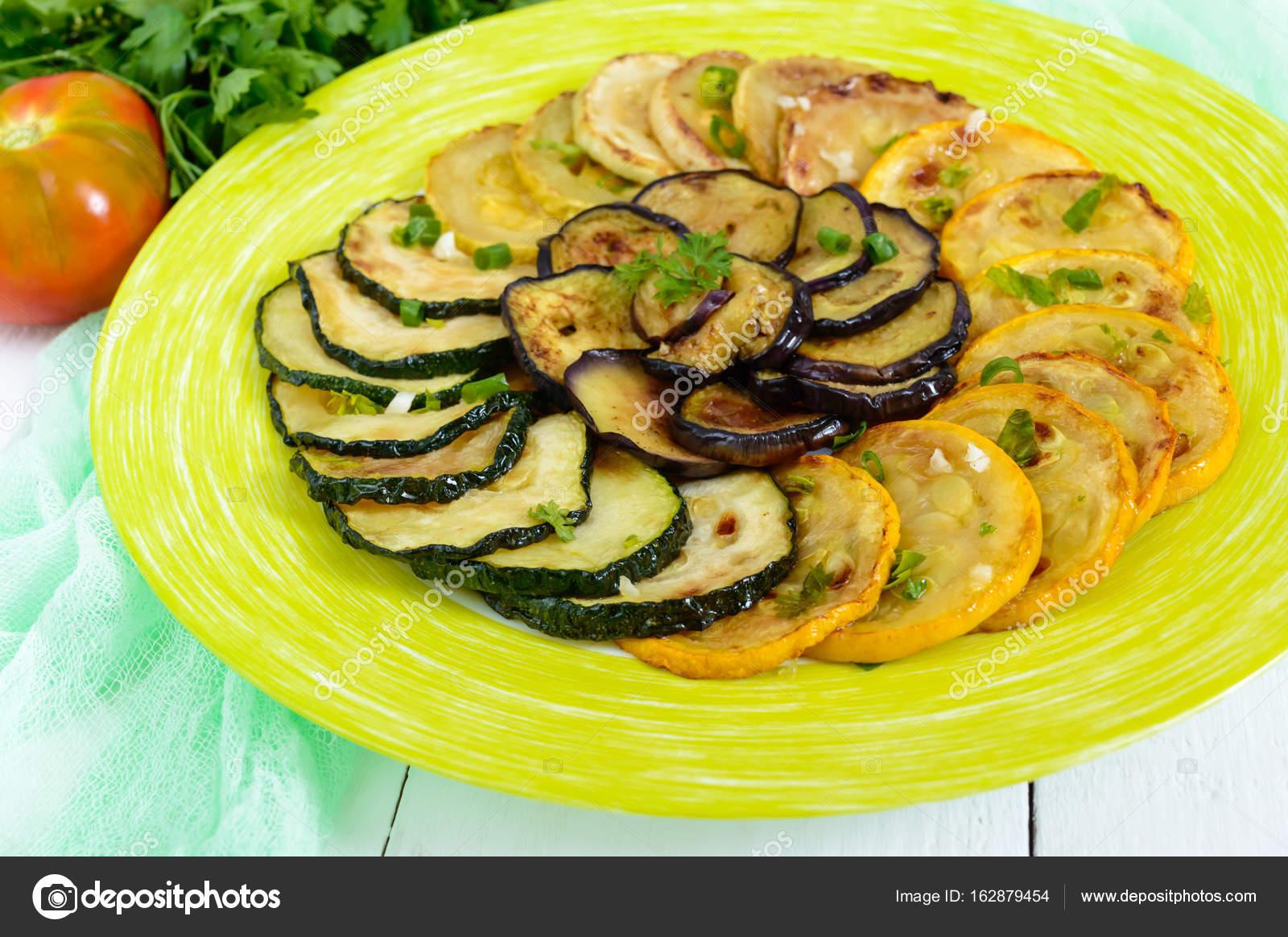 Cerchi di fritto di zucchine, melanzane su un piatto su una priorità ...