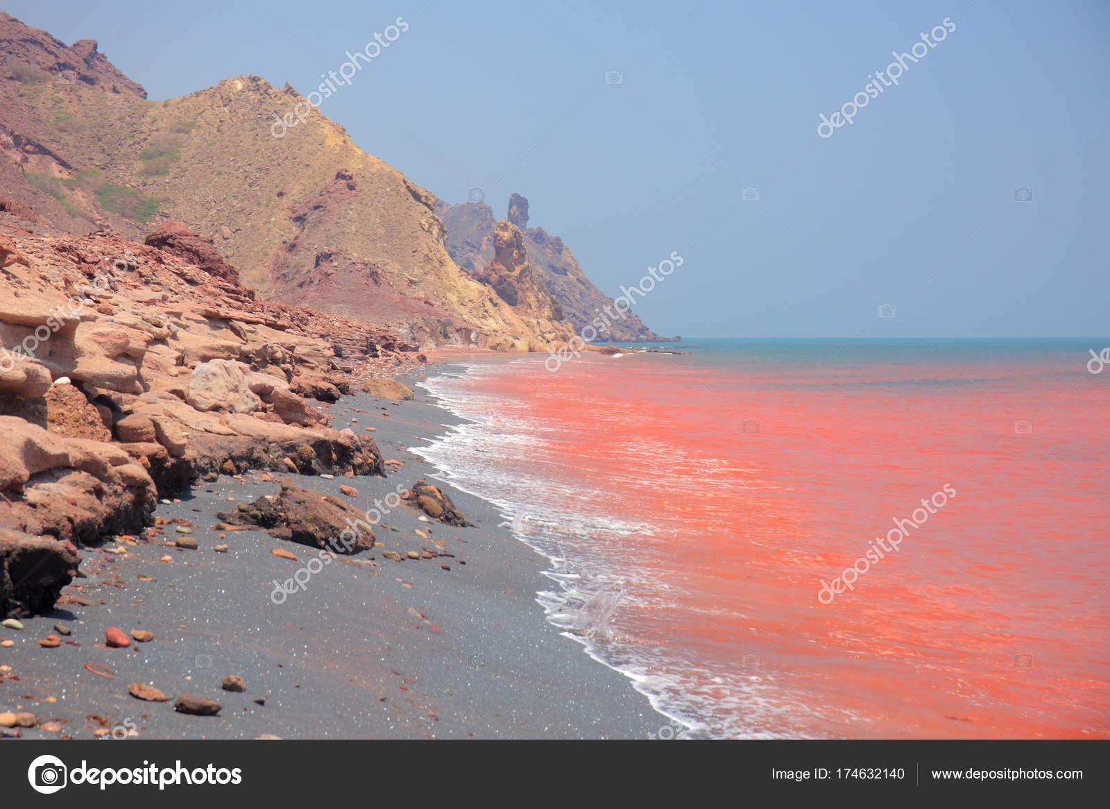 Agua De Mar Rojo De La Isla De Ormuz Foto De Stock C Yurybirukov