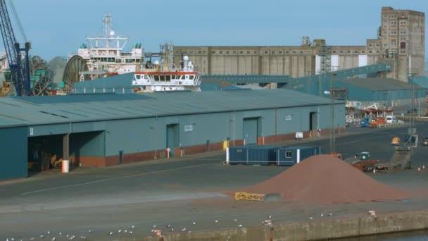 Statické scény s výhledem na přístav v doků v Edinburghu, Skotsko slunečného léta den