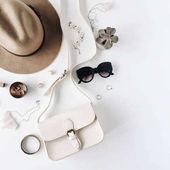 Fotografie trendiges und stilvolles Arrangement femininer Accessoires