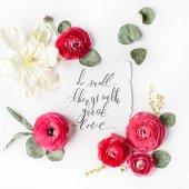 Fényképek Idézet a Csinál kis dolgokat, nagy szeretettel papír kalligrafikus stílus-ban írták, és rózsaszín, piros rózsa