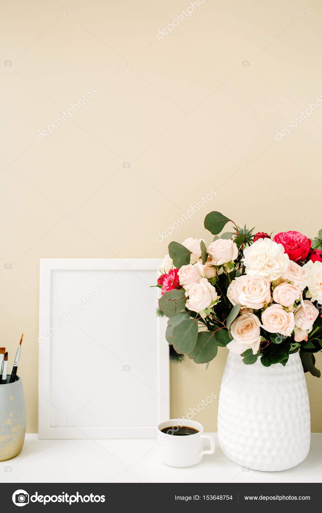 Home-Office Schreibtisch mit Fotorahmen mock-up — Stockfoto ...