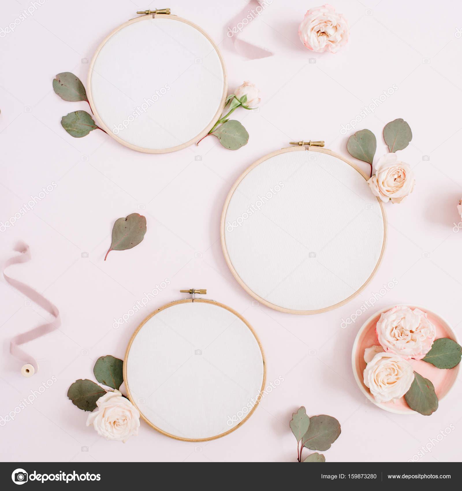 Marcos con capullos de rosa beiges y eucalipto — Fotos de Stock ...