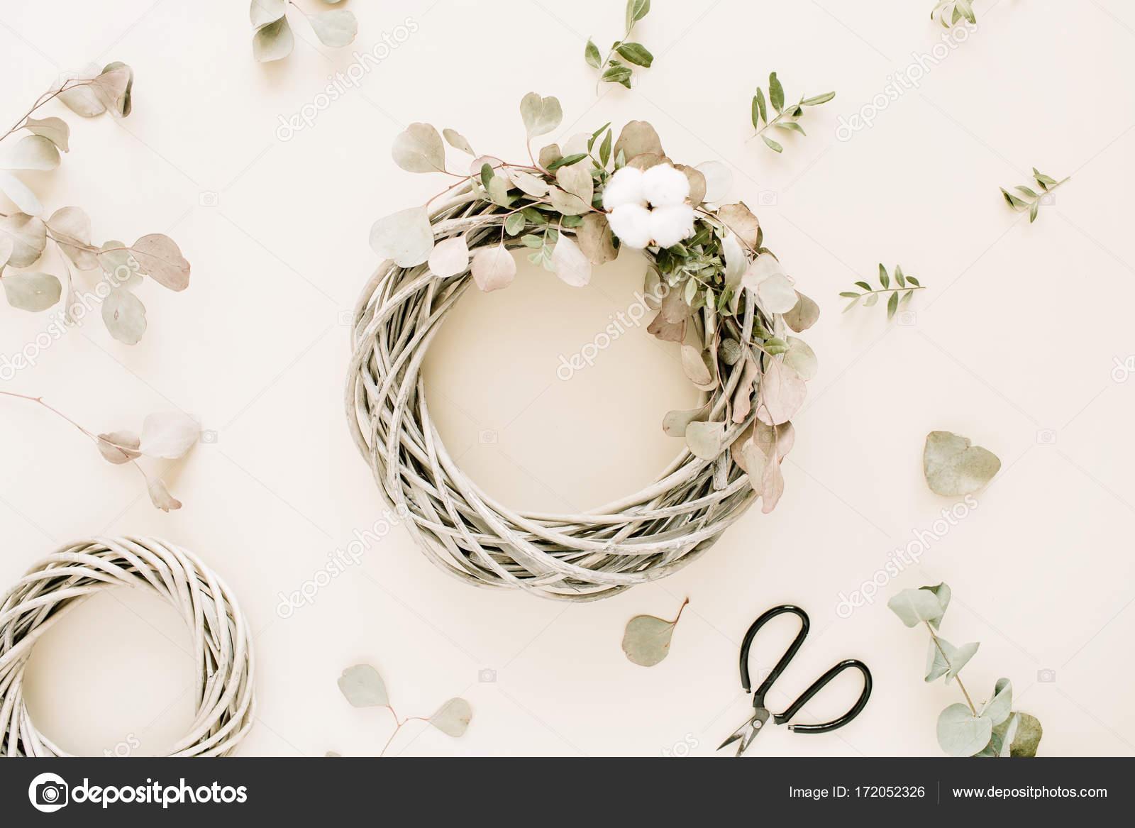 Kranz Rahmen mit Wattebällchen und Eukalyptus Zweige — Stockfoto ...