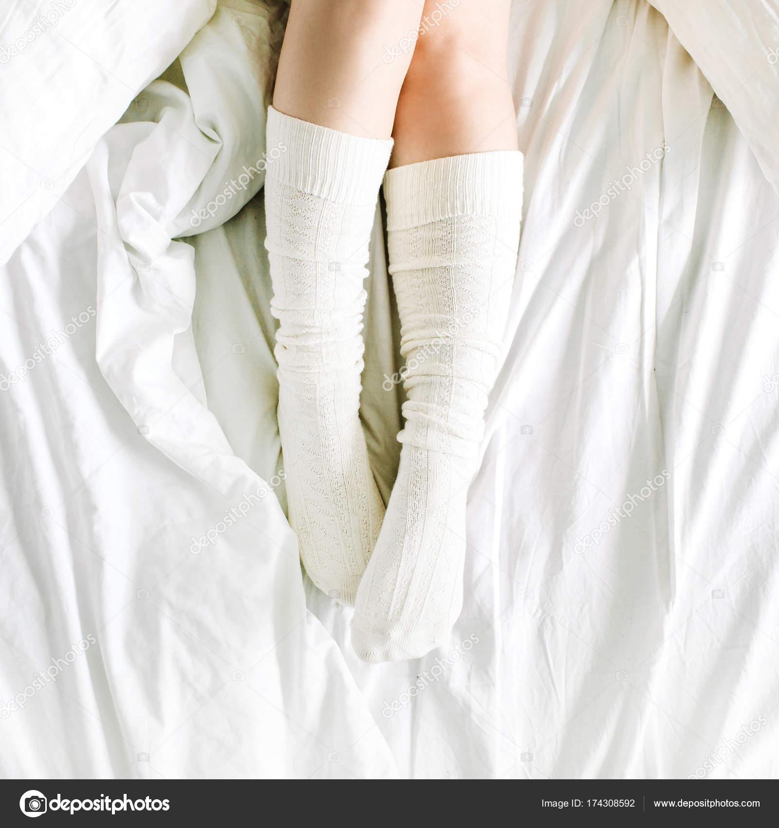 Nogi Kobiet łóżka Białą Pościelą Poduszkami Zdjęcie
