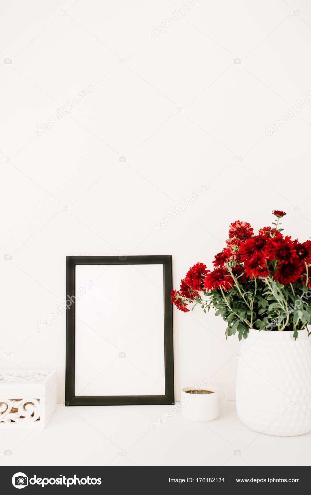 Fotorahmen Mock Schöne Rote Blumen Bukett Weiße Vintage Sarg Vor ...