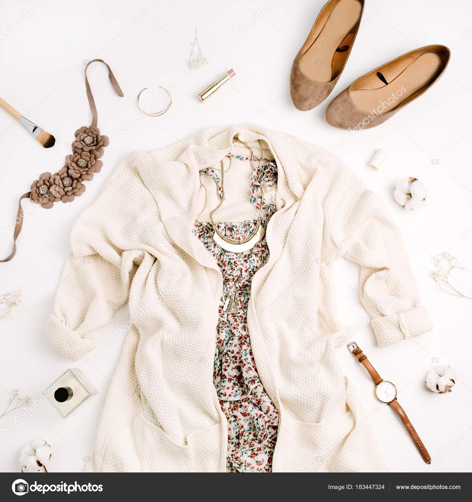 7dc6aded1a Lapos laikus divat fogalmát. Női ruhák és kiegészítők: pulóver, ruha, cipő,  órák, parfüm, rúzs, karkötő, nyaklánc, fehér háttér.
