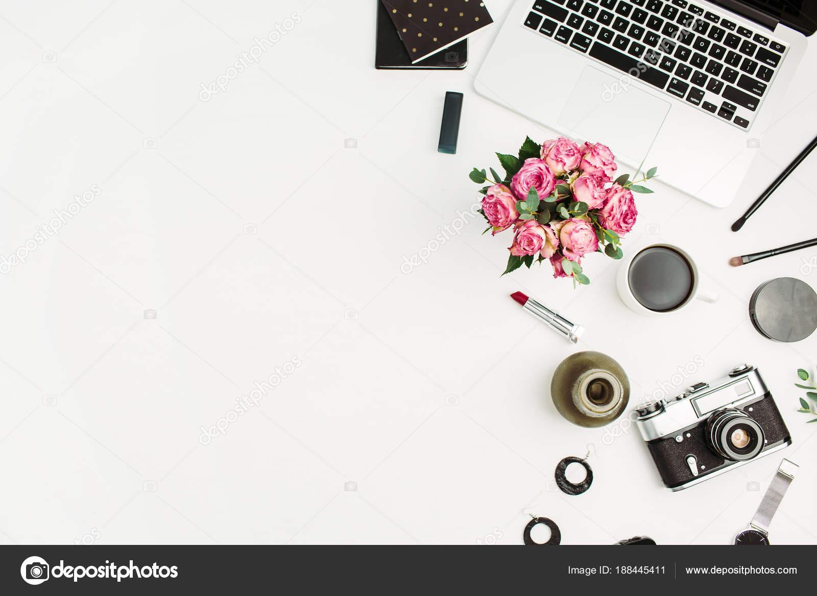 Frau Home Office Arbeitsplatz Mit Laptop Rosen Blumen Bukett ...