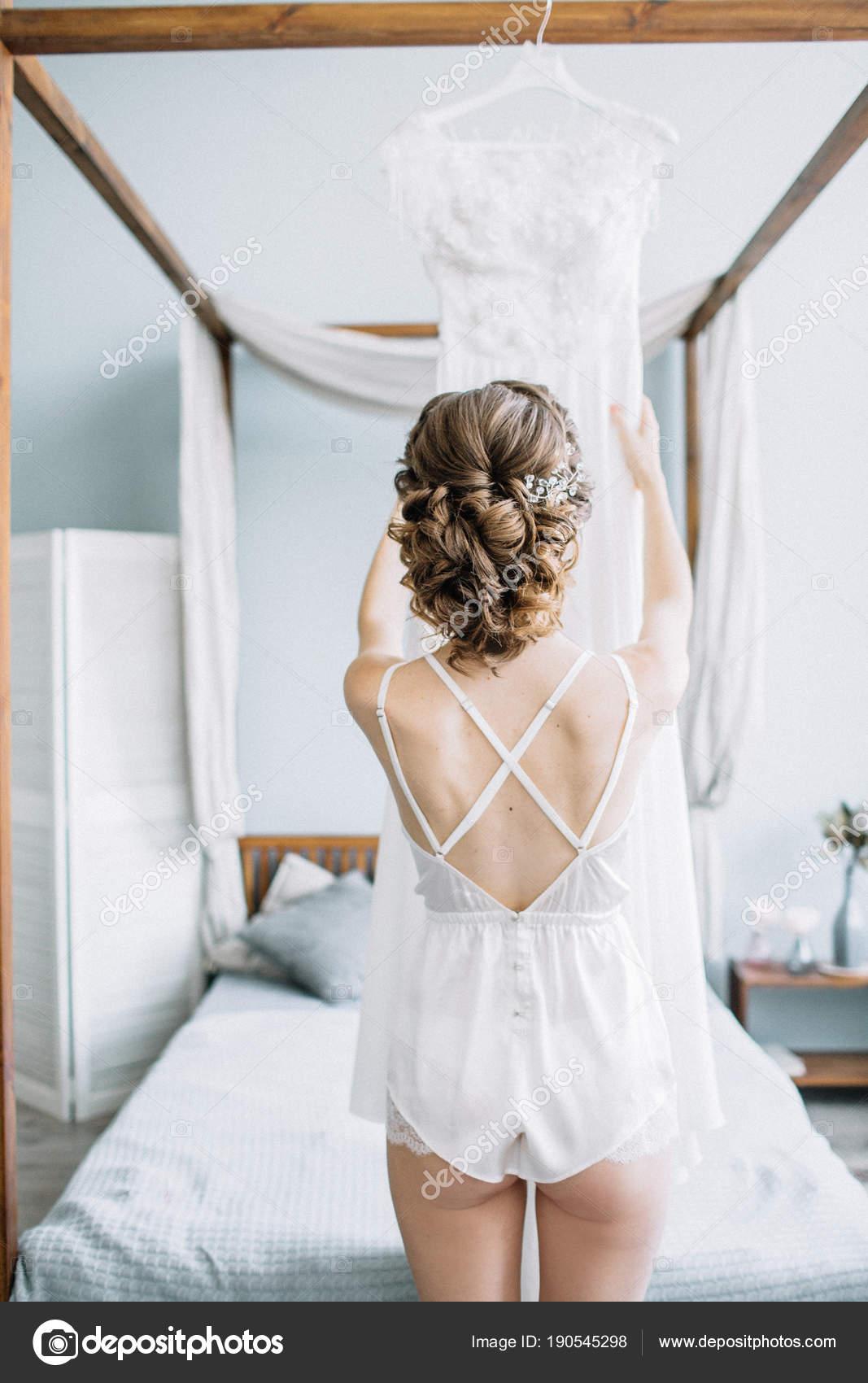 Junge Schöne Braut Unterwäsche Hochzeitskleid Berühren Brautmode ...