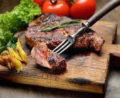 Grilovaný steak s rozmarýnem a vidlice