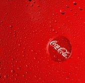 Coca-Cola na červeném pozadí