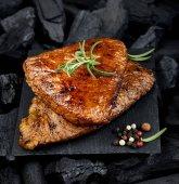 Grilovaný šťavnatý steak na černé desce