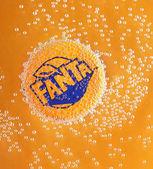Poltava, Ukrajina - 22. března 2018: Fanta cap v bublinách na oranžové pozadí. Fanta je populární ovoce ochucený sycených nealkoholických nápojů vytvořené společností Coca-Cola