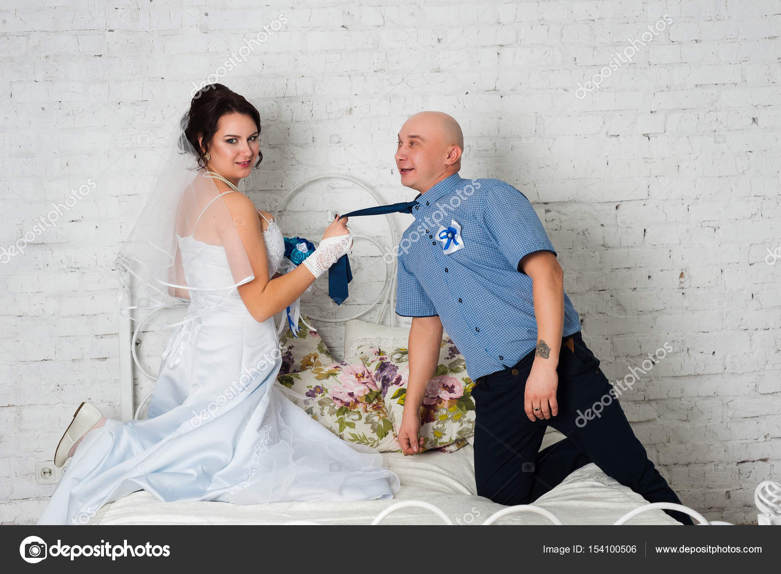 Aparte Jurk Voor Bruiloft.Jong Koppel Trouwen En Het Spelen Van Een Bruiloft Jurk Elkaar
