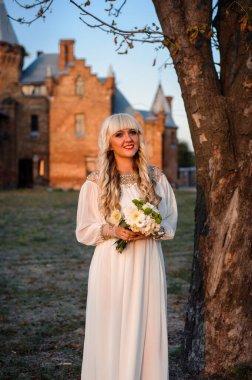 """Картина, постер, плакат, фотообои """"блондинка в белом платье на природе возле архитектурных памятников под открытым небом картины"""", артикул 360067462"""