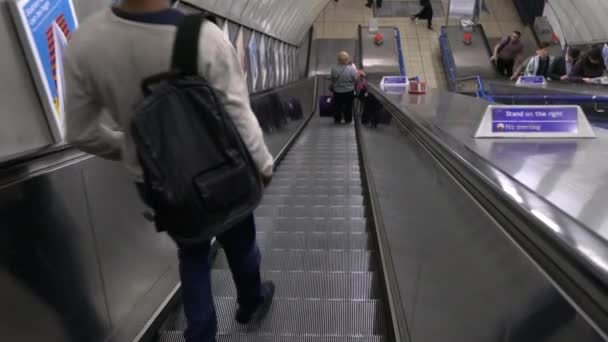 Stanice metra Charing Cross sestupně eskalátor