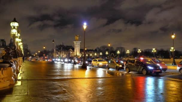 Paříž, Francie-Leden 25, 2018: Pont Alexandre Iii na řece Seině v deštivé noci