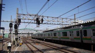 Saitama, Japonsko-únor 15, 2018: A vlak čítá patnáct aut včetně dvou patrových vozů odjíždí ze stanice