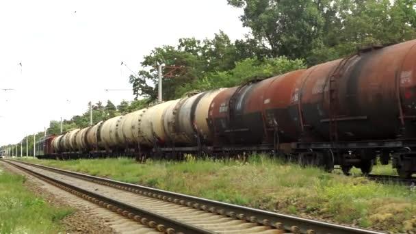 Nákladní vlak táhne