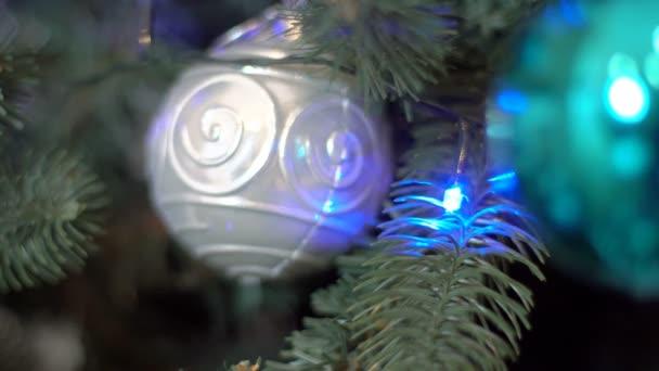 Vánoční dekorace na vánoční stromeček vánoční koule a ozdoby s hořící světla na vánoční stromek na nový rok