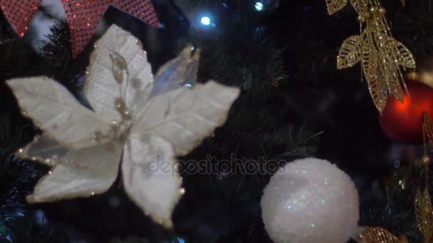 Vánoční ozdoby a lehké vánoční hračky na slavnostní vánoční stromeček se světýlky