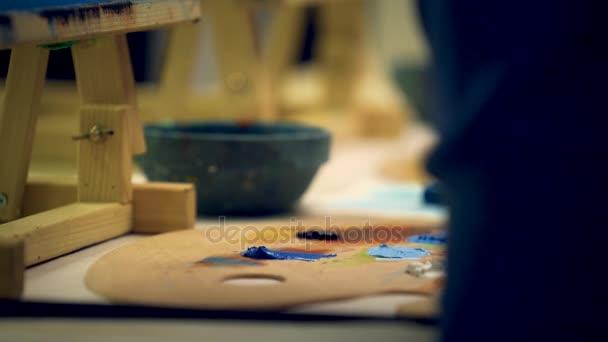 spazzola dellartista mescolare colori pittura a olio sulla tavolozza