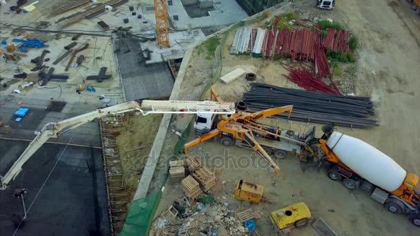 Anténa týmu stavební dělníci pracují na betonování na staveništi