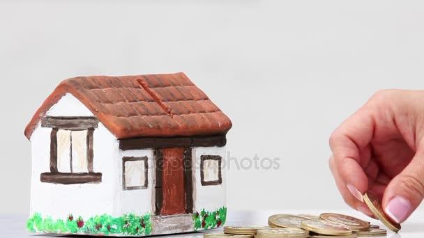 Žena šetří peníze do domu peníze box